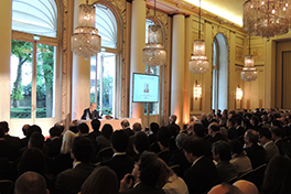Inamori gives a lecture in front of 400 people,including business executives, at the CCI Paris Ile-de-France.